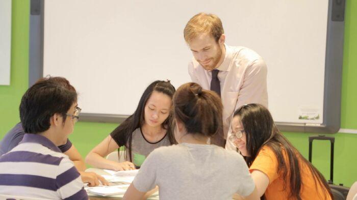 Kết quả hình ảnh cho nói chuyện với giảng viên nước ngoài