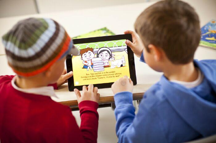 Trẻ còn nhỏ, có nên cho học tiếng Anh qua Skype?