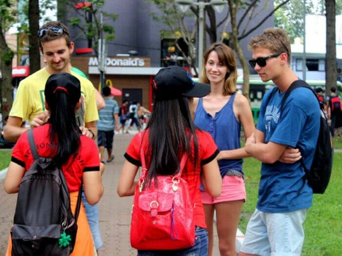 Học tiếng anh với người nước ngoài miễn phí, nên hay không nên?