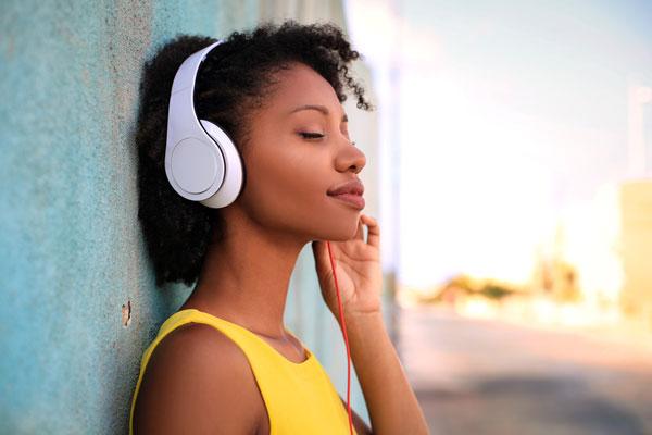 Xem phim, nghe nhạc, đọc sách, đọc báo bằng tiếng anh liệu có giúp bạn giỏi tiếng anh như lời đồn?